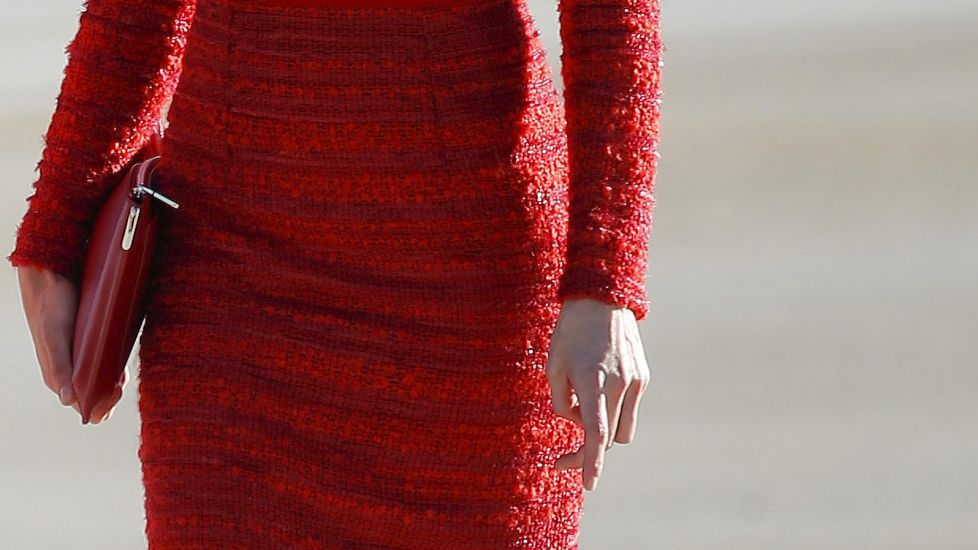 Letizia se decantó por un «total look» en rojo, con vestido, bolso y zapatos en ese color.