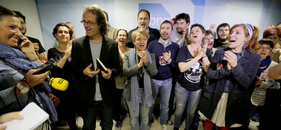 La jornada electoral en Ourense.El cabeza de lista del BNG, Xosé Manuel Carril, aplaudido por los suyos ayer en su sede.