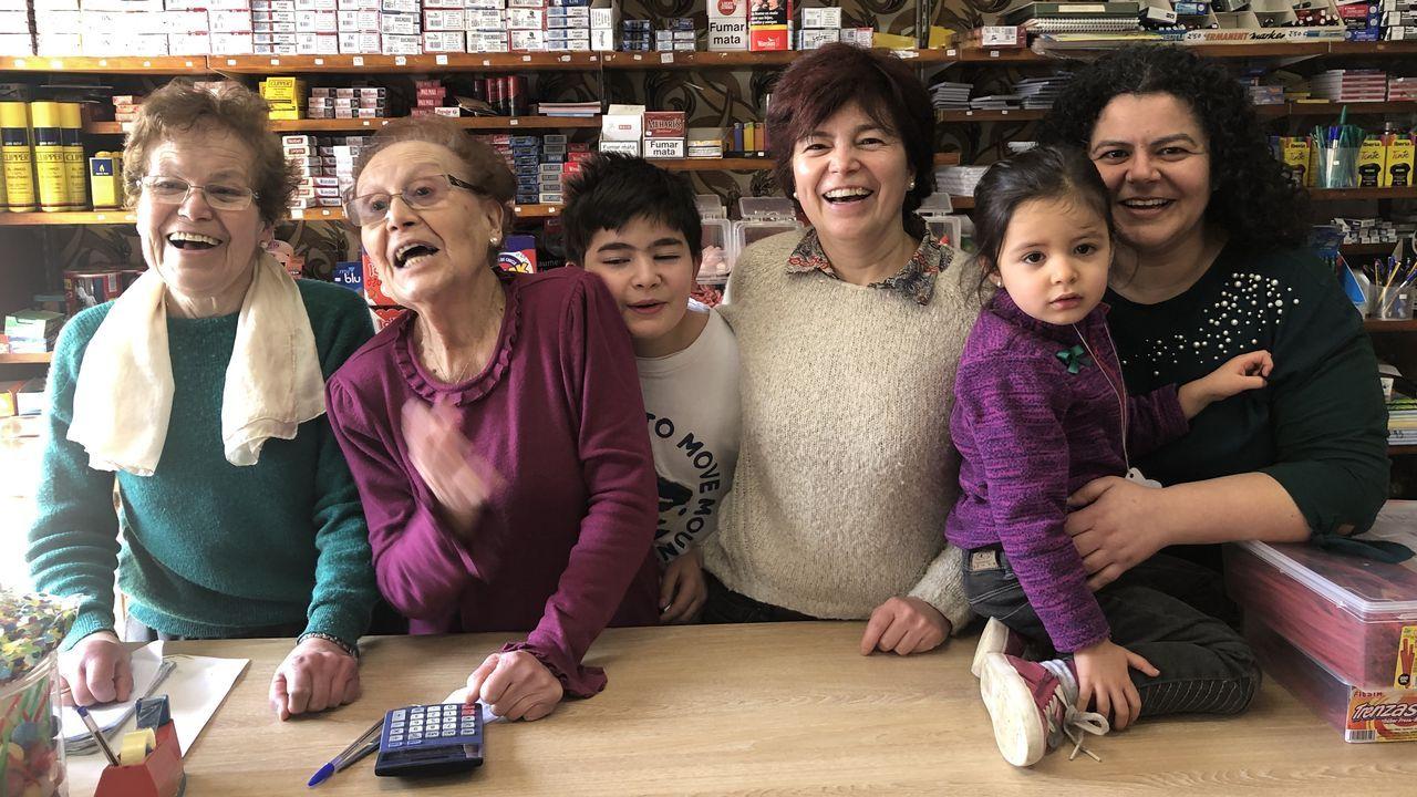 De izquierda a derecha, Toñita, Pacucha y su nieto Álvaro, junto a su madre, Susana, y Azahara, al lado de su madre, María, hija de Toñita