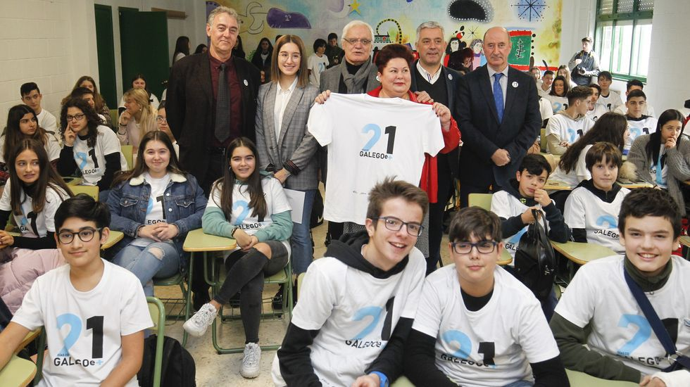 No IES Xelmírez I, autoridades da Xunta e da Real Academia comparten cos directivos do centro, profesores a alumnos a presentación do programa 21 días co galego e +