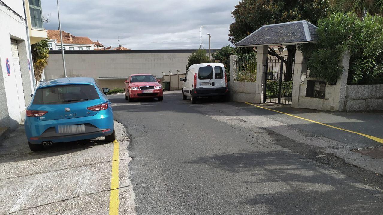 Las imágenes de la etapa entre Mos y Puebla de Sanabria.En la parte superior de la calle del Cercado no hay aceras y los peatones tienen que compartir espacio con vehículos aparcados y los que circulan