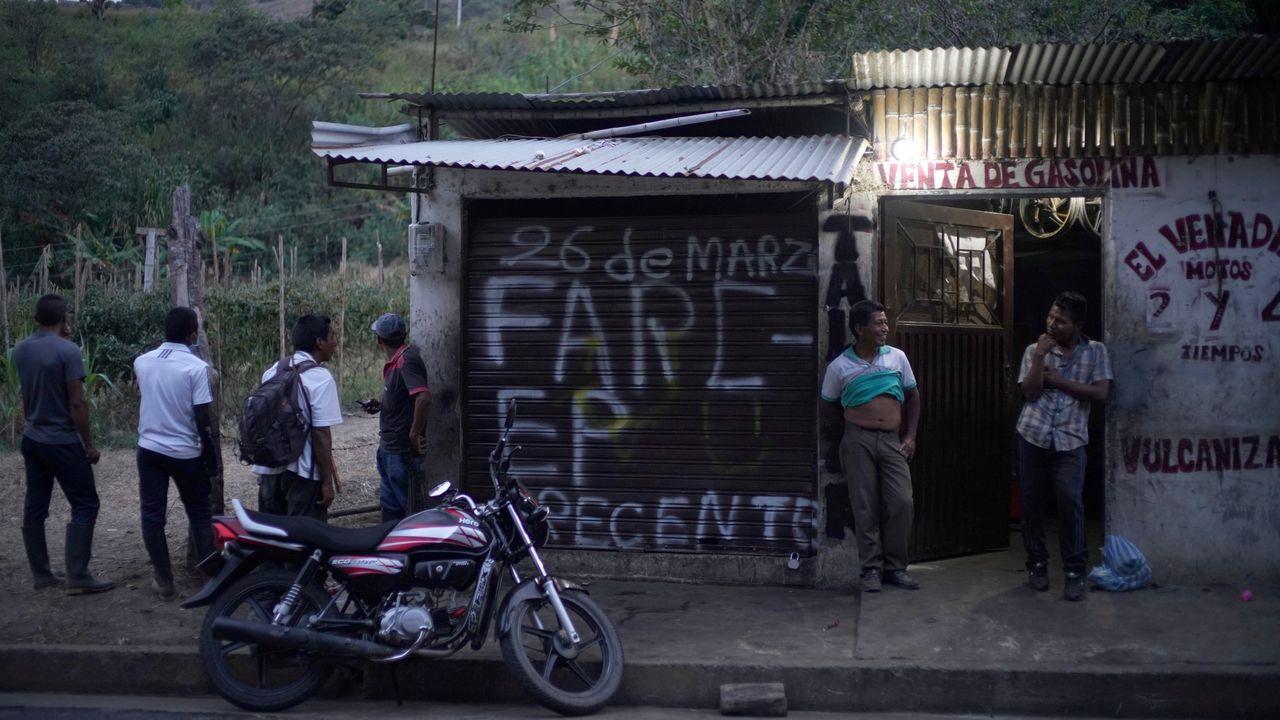 «FARC-EP presente» mensaje escrito en la pared de un taller mecánico, en la carretera entre El Palo y Toribio, donde unos guardias indígenas fueron asesinados por disidentes de las FARC