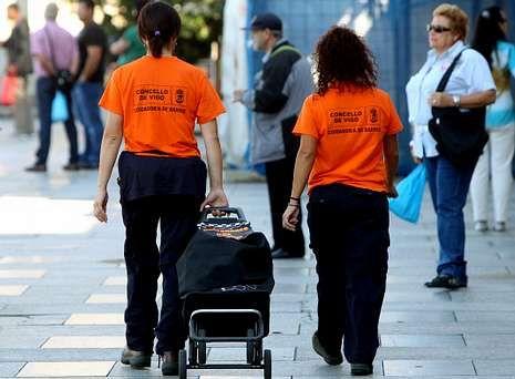 Los cuidadores de Vigo.Dos cuidadoras acuden con el carro de la compra a echar una mano a una vecina del Casco Vello que no puede salir de casa.