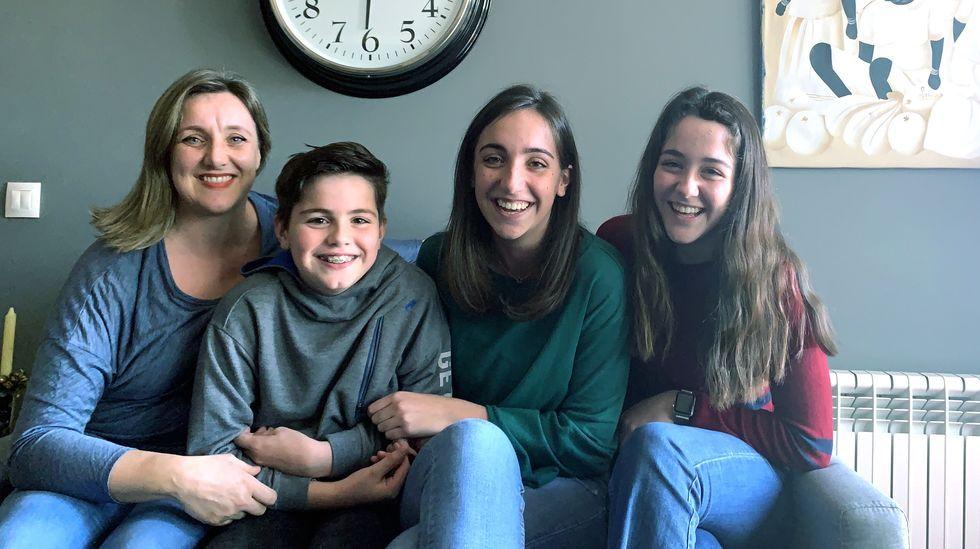 La enfermera Susana Bembibre y sus tres hijos, que tienen clases por videoconferencia