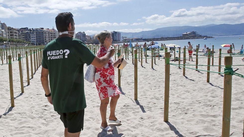 Verano del 2020: a la playa entre estacas, drones y mascarillas.Perros en la playa de San Lorenzo de Gijón