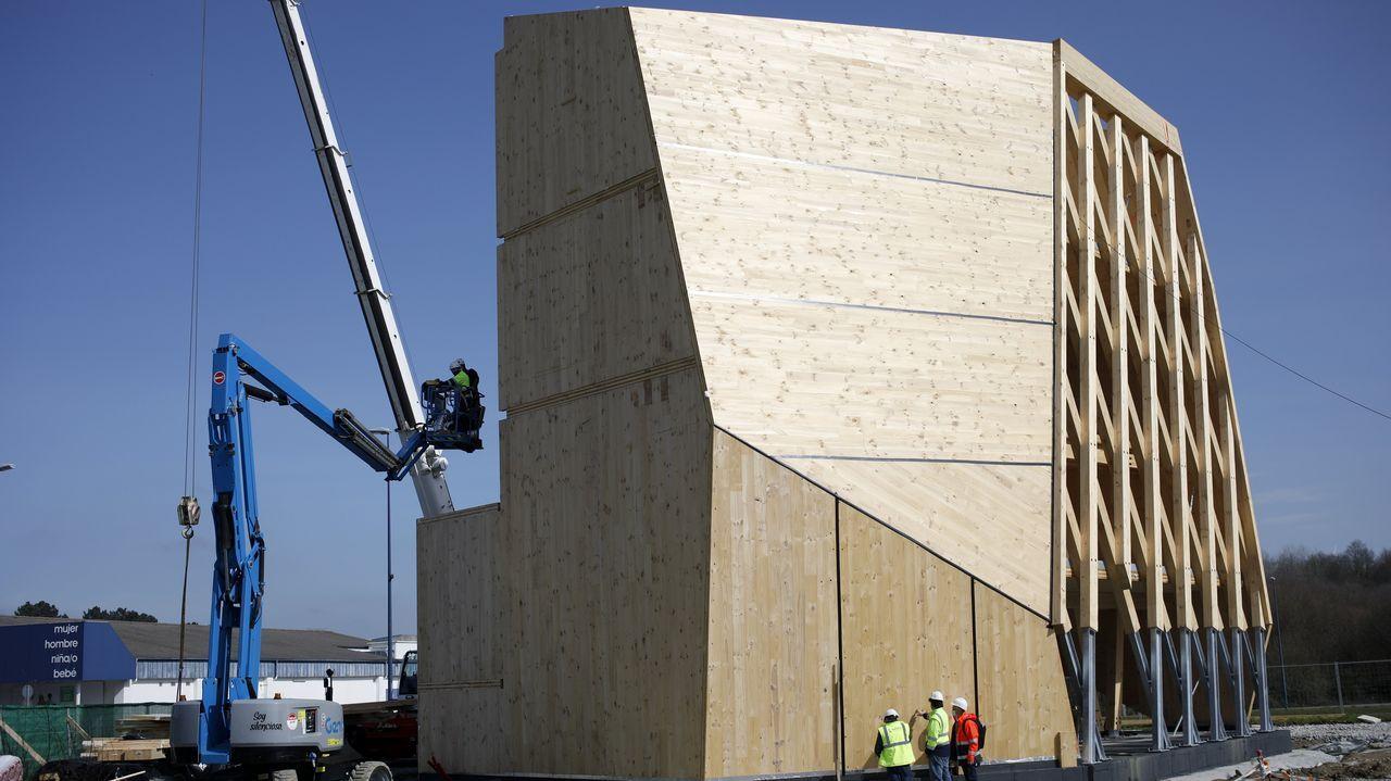 El edificio está diseñado con diferentes ángulos y paramentos oblicuos para dar muestra de la versatilidad que tiene la madera como material de construcción