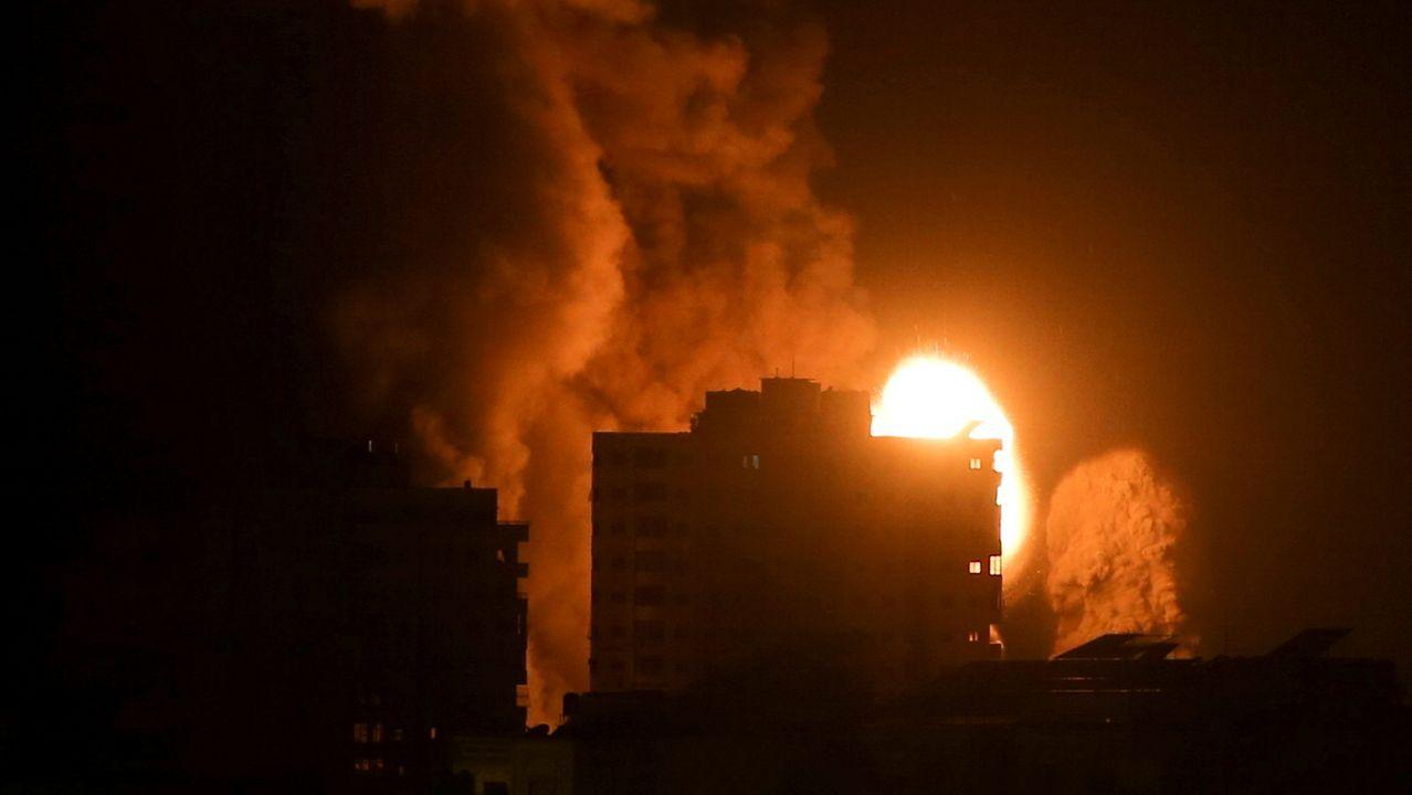 Humo y llamas sobre un edificio bombardeado por Israel en la ciudad de Gaza