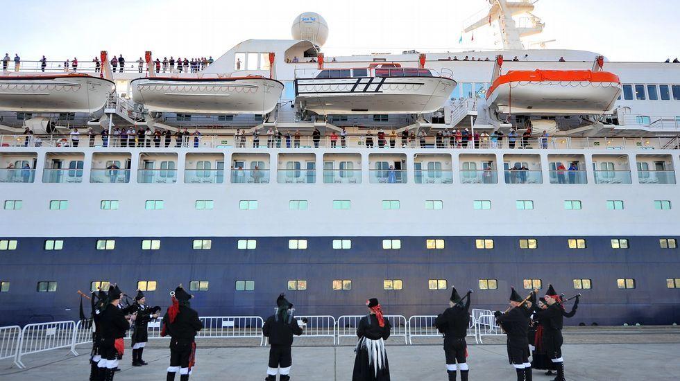 Despedida al buque en el muelle de Ferrol