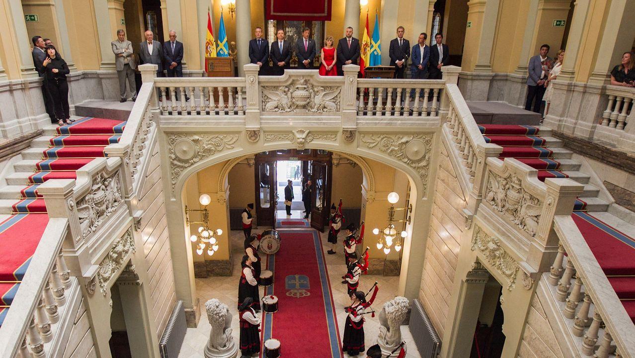 Así fue la recepción del rey a Barbón.El socialista Adrián Barbón, ha tomado posesión de su cargo como jefe del Ejecutivo asturiano, en un acto al que han asistido, entre otros, el presidente saliente del Principado, Javier Fernández y lss ministros en funciones, María Luisa Carcedo y Luis Planas
