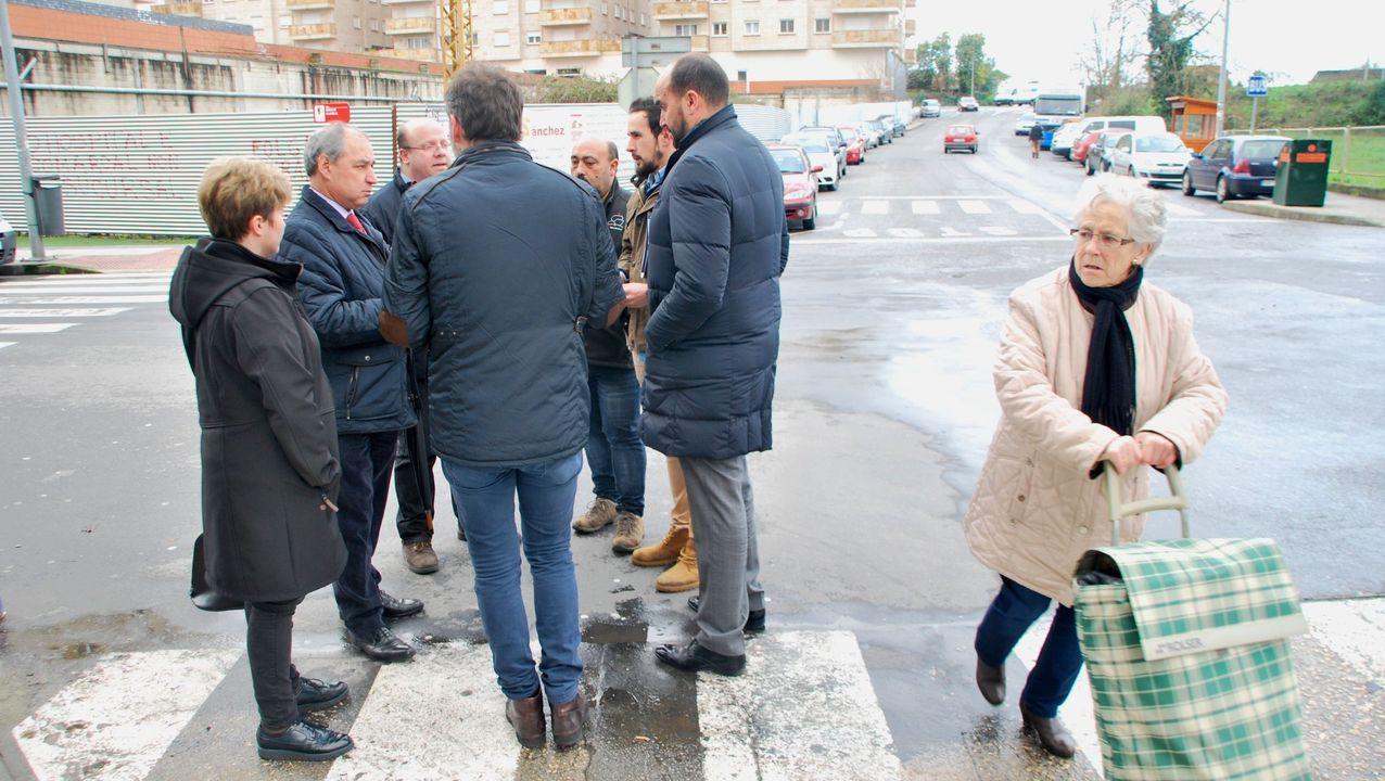 El alcalde, en una reuniòn con técnicos en la calle Corredoira poco antes de que empezasen las obras en esta calle