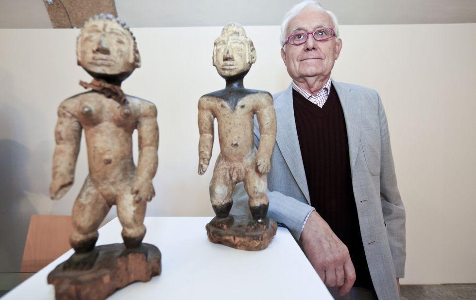 Anllo, que traballou 40 anos para Nacións Unidas, onte con dúas das pezas doadas ao Museo.