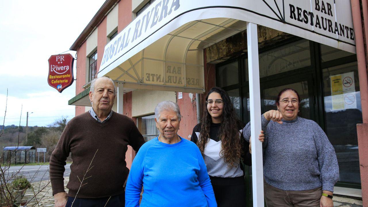 Suso y Julia, con su hija y nita, dueños desde 1968 del Rivera, en Becerreá