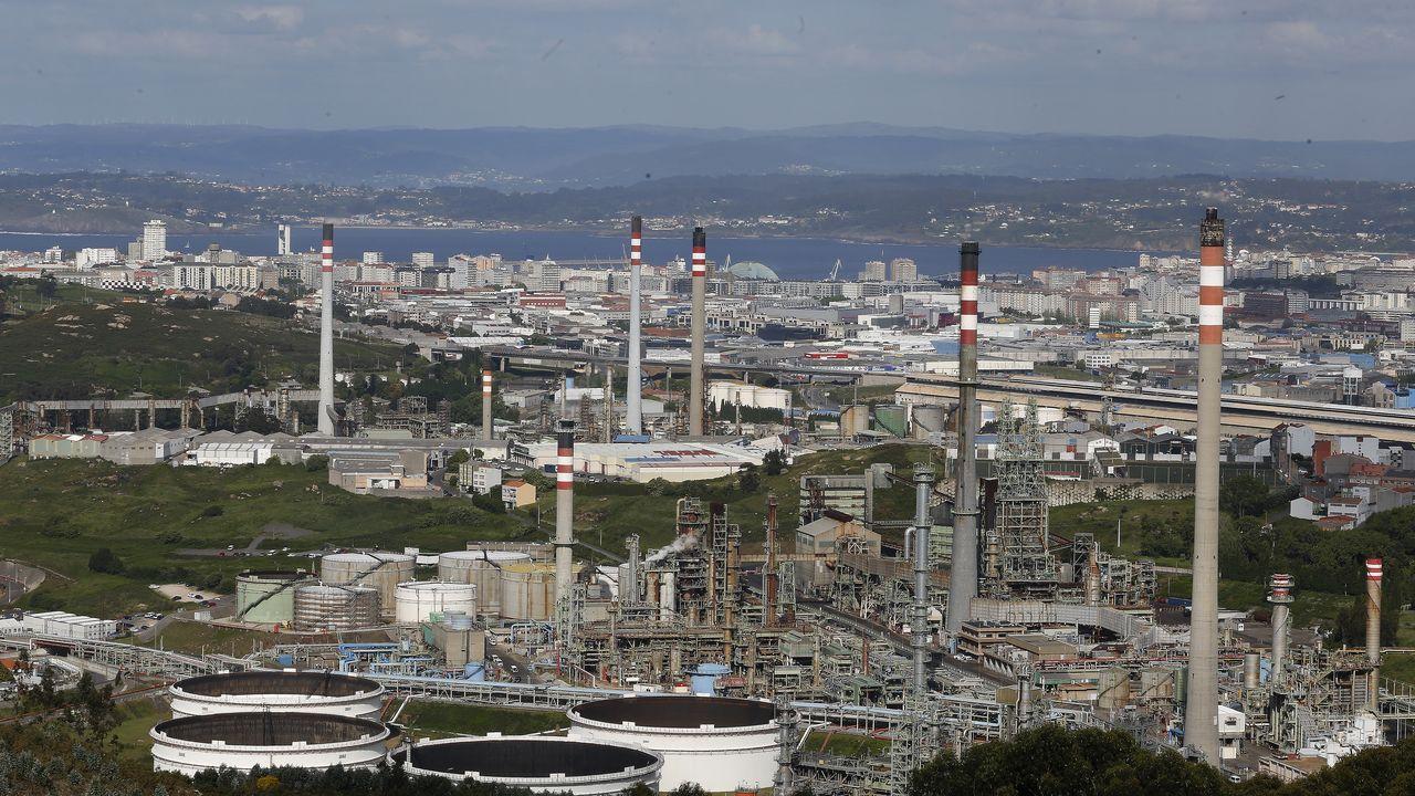 Revisan a flote la obra viva de un buque de 100 metros de eslora en el puerto de A Coruña.Refinería de Repsol en A Coruña.