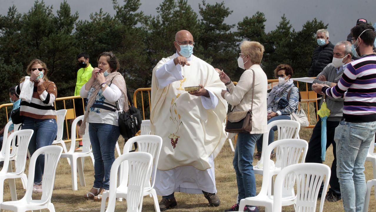 El párroco, Xabier Díaz, reparte la comunión entre los fieles