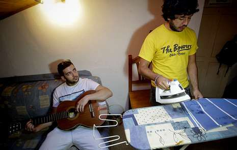 <span lang= es-es >Una práctica que hace amigos</span>. Sebastián y Javier vivieron juntos; abajo, Elda y Mari Luz trabajan en Santiago.