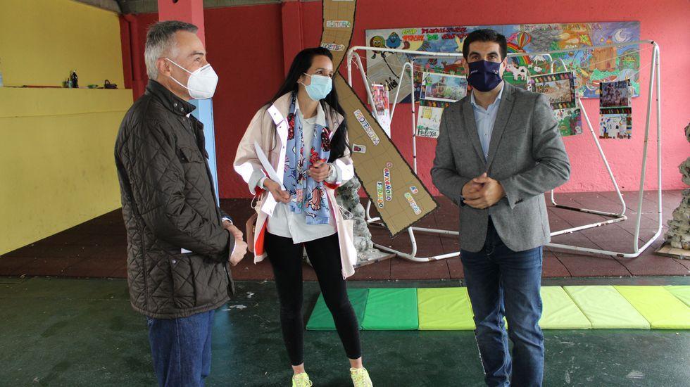Elías Rodríguez en una visita reciente al CEIP Virxe do Camiño, que será rehabilitado por la Xunta en breve