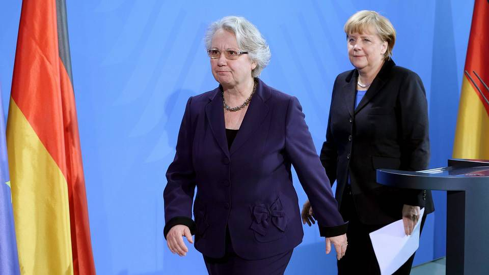 Annette Schavan y Angela Merkel, tras el anuncio de dimisión de la primera