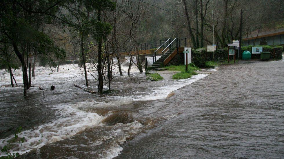 El río Mandeo desbordado en Chelo, Betanzos.