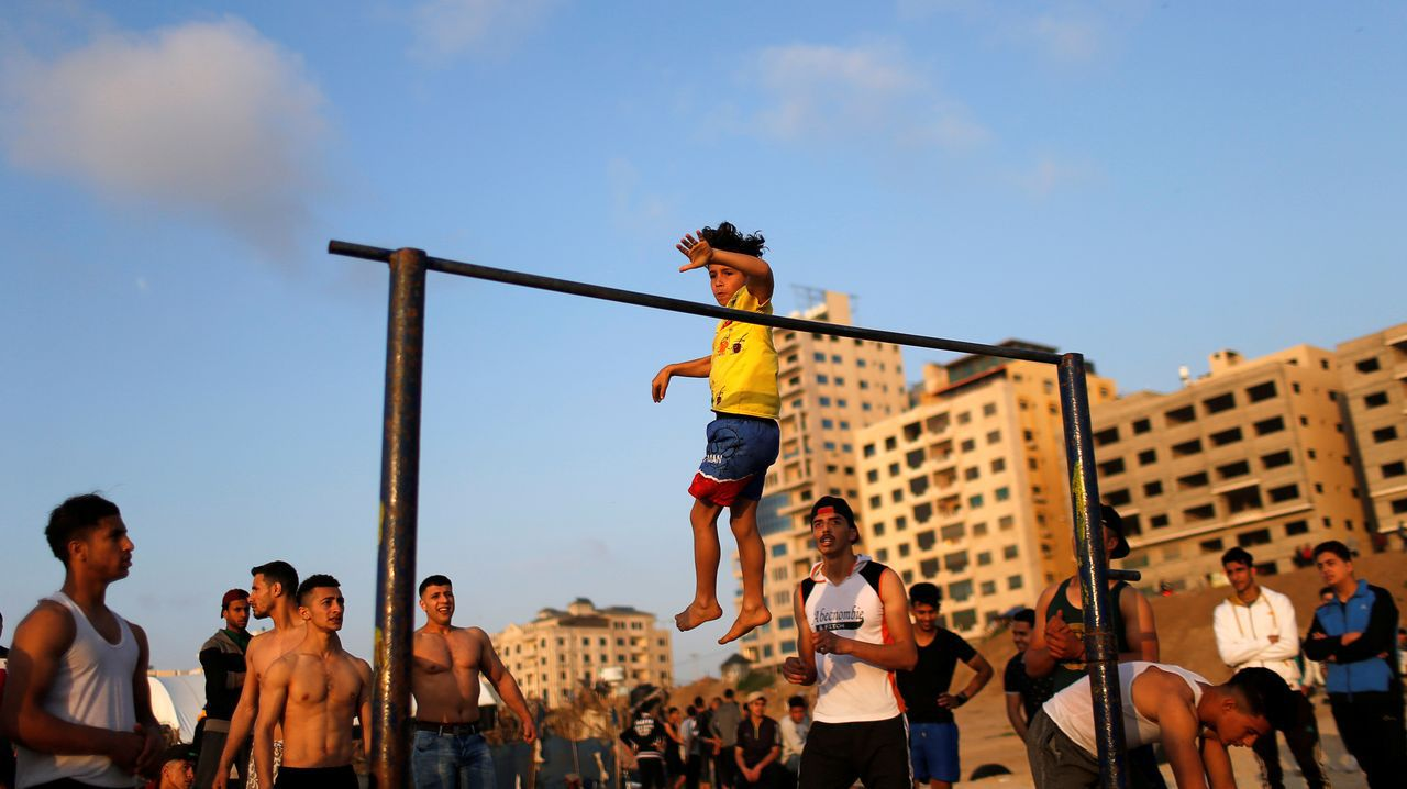 Jóvenes palestinos realizan acrobacias en la ciudad de Gaza, en plena pandemia
