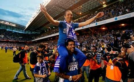 Toda la actualidad de la jornada de Segunda división.Bodipo lleva a José Luis Oltra a hombros para celebrar el ascenso del Dépor a Pirmera el 28 de mayo del 2012.