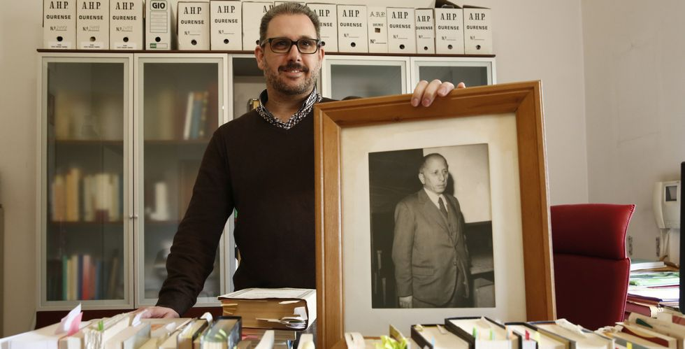 O neto de Xesús Ferro Couselo, no despacho do Arquivo Histórico de Ourense, onde ten fotos do avó.