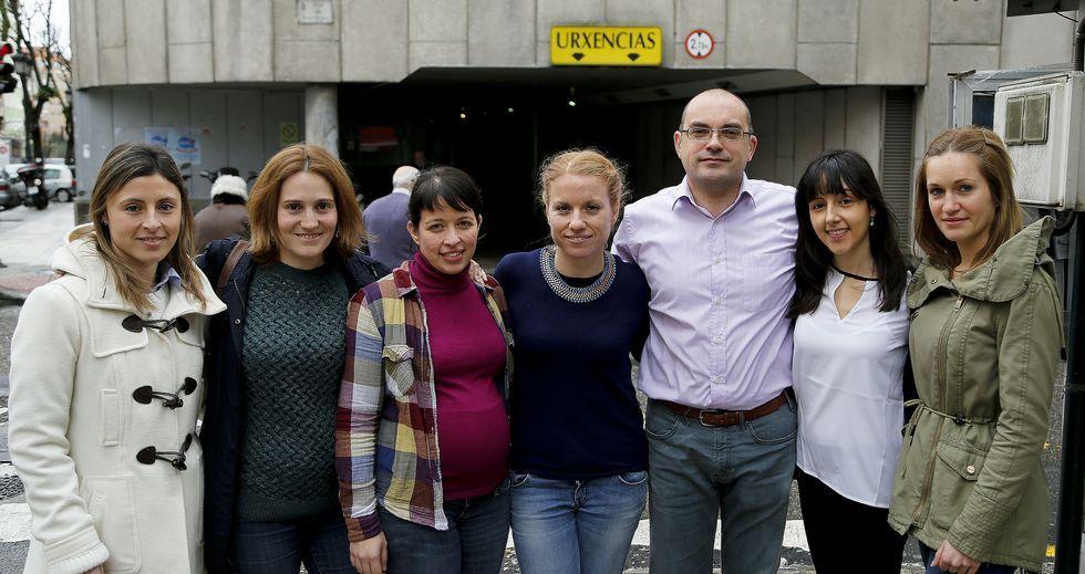 Irene Abeleira, Cristina Valiñas, Laura González, Amada Méndez, Moncho González, Sandra Montaña y Romina Álvarez, ante el Xeral.