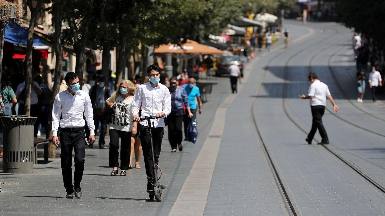 Personas con mascarilla caminan por el centro de Jerusalén