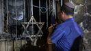 Un judío israelí observa los daños en una sinagoga incendiada en la ciudad mixta de Lod