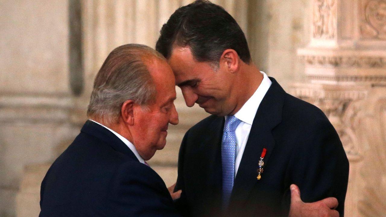 Felipe VI pronuncia su tradicional discurso de Nochebuena.Juan Carlos I abraza a su hijo el día que abdicó en el 2014