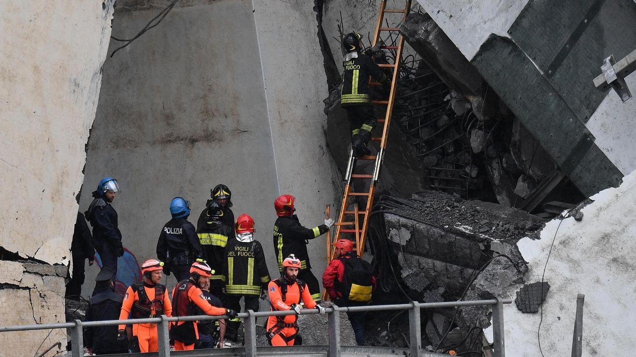 Miembros de los servicios de emergencia buscan entre los escombros