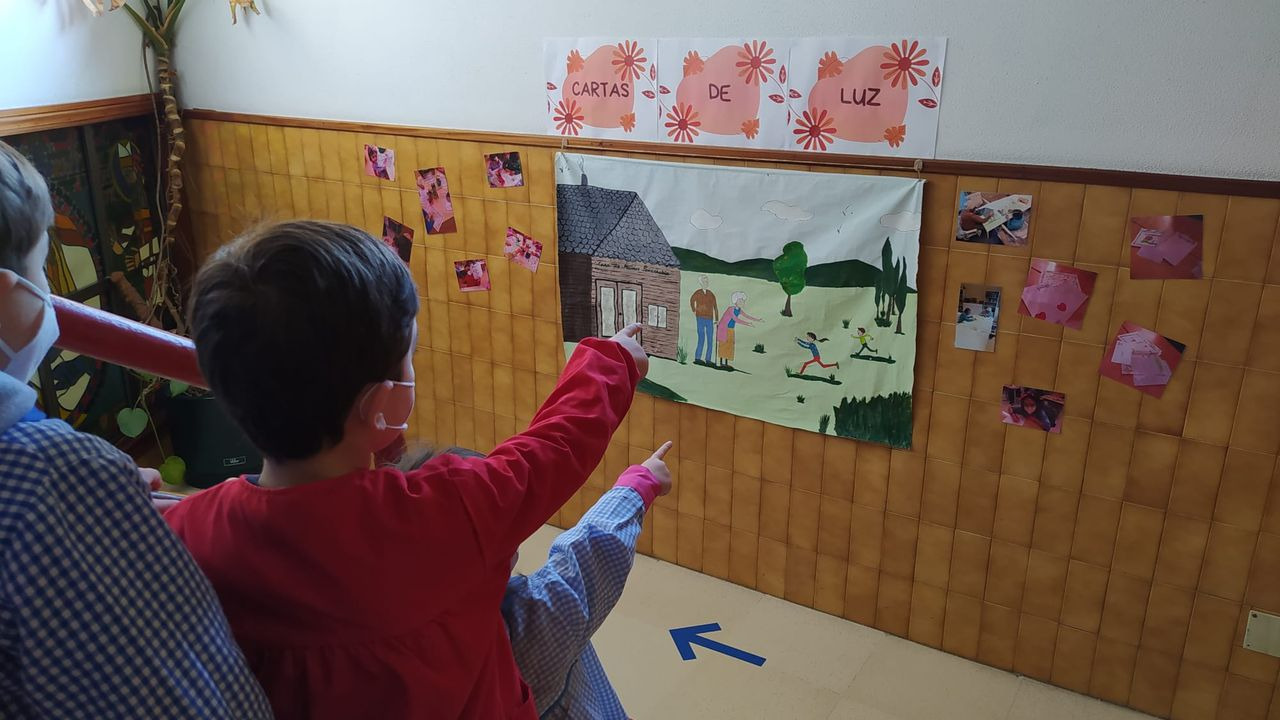Alumnos de Maristas enseñan el mural que hicieron los mayores de Casa Penarrubia