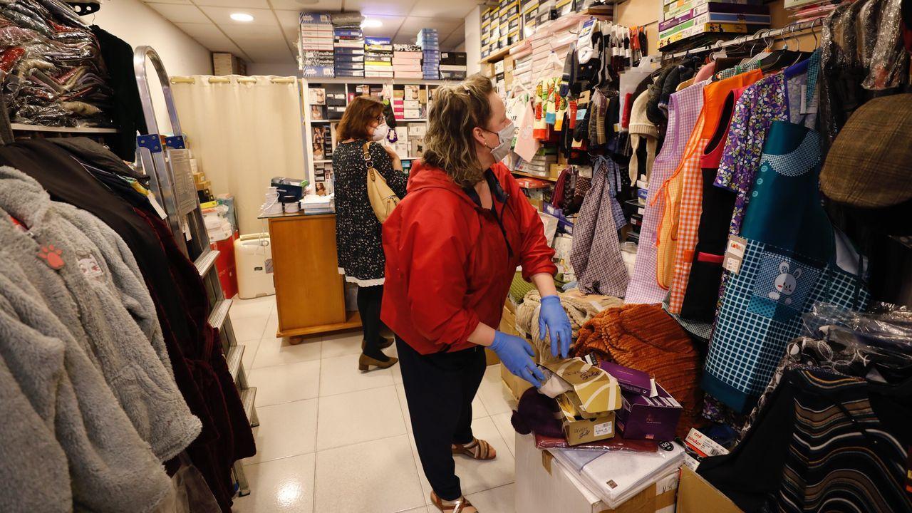 A Mariña empieza a abrir comercios y negocios.Teresa Casabella, de Mercería Tere, de Viveiro, confesó haber revisado varias veces el BOE para «non olvidar» ninguno de los requisitos exigidos