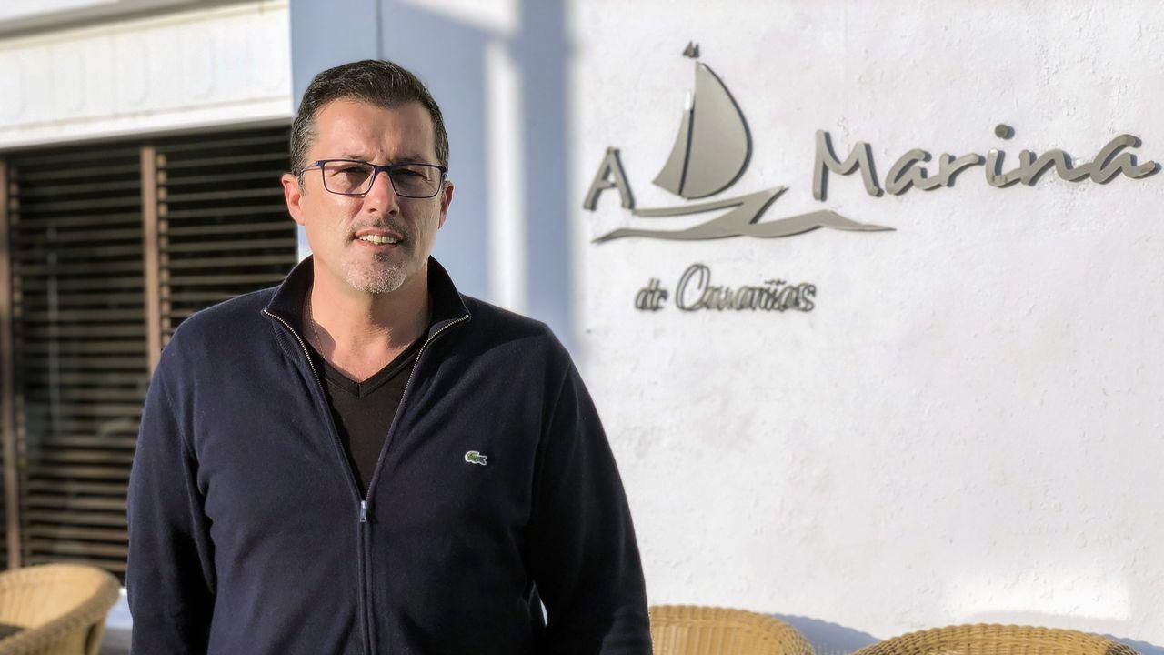 Carlos Lagoa, responsable del Mac Rober en Cee, uno de los muchos hosteleros afectados por el cierre.