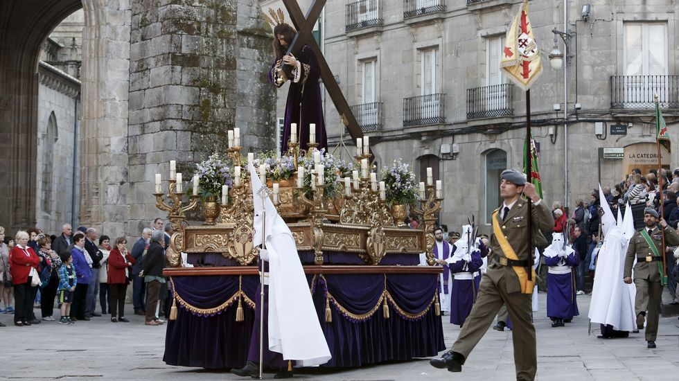 La unidad «Galicia VII» de la Brilat escolta la procesión por las calles de Lugo