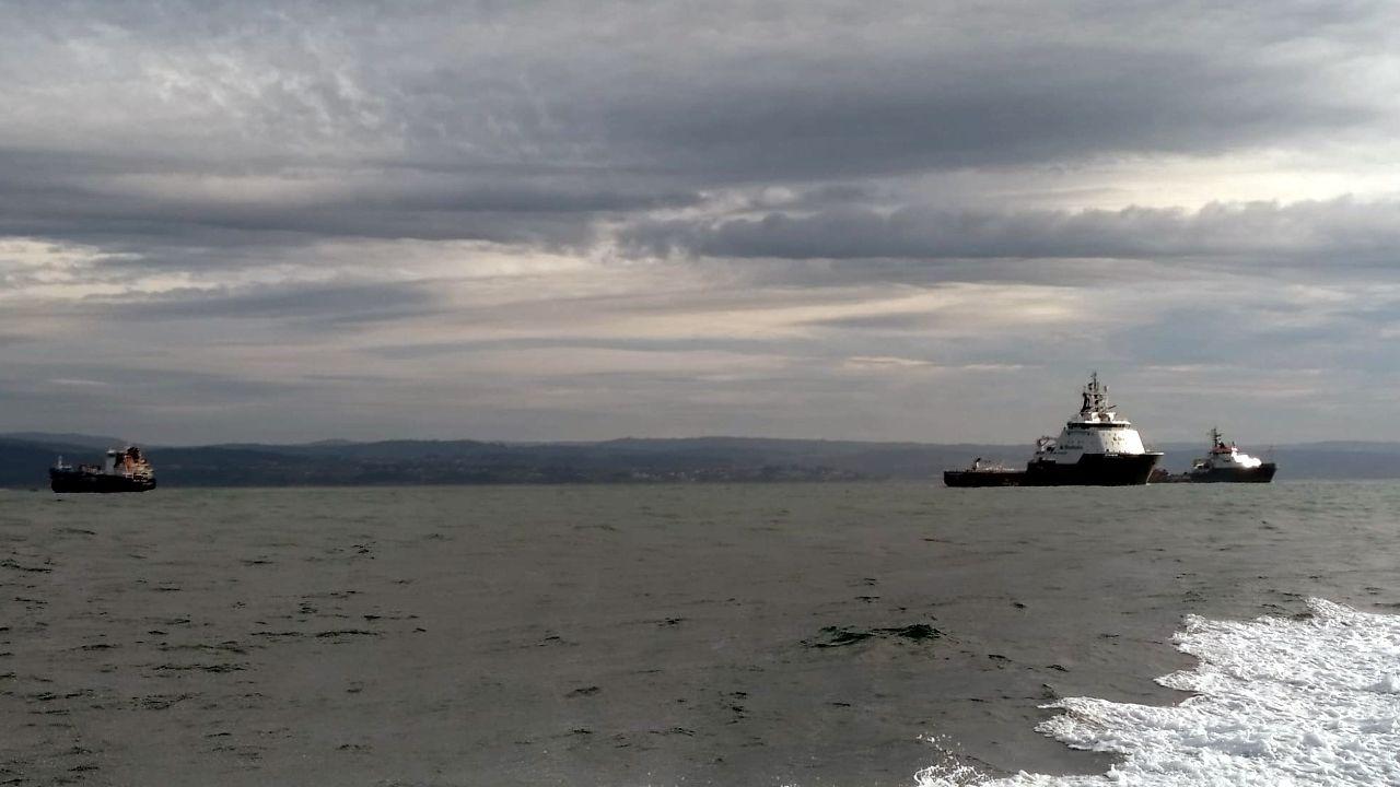 El Blue Star, remolcado por dos barcos