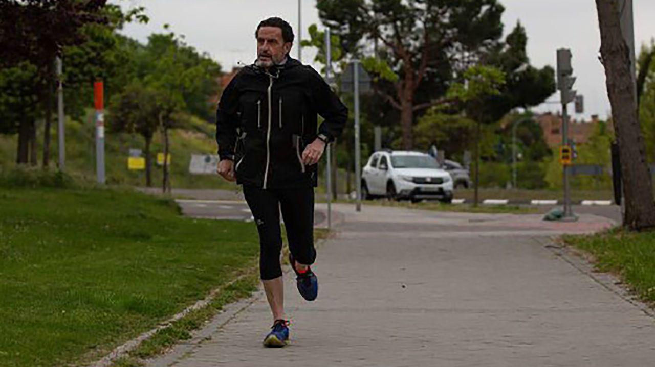 Edmundo Bal dio unas carreras ante los fotógrafos antes de cambiar el atletismo por las cañas