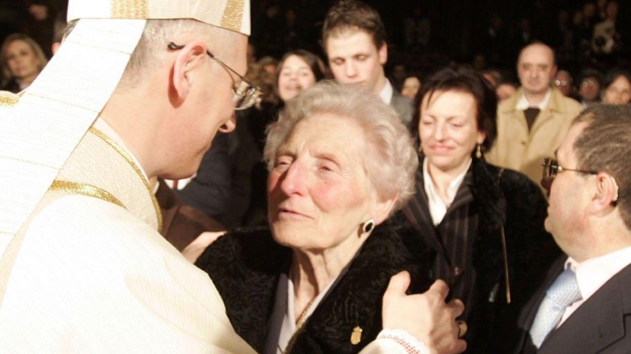 Alfonso Carrasco Rouco abraza a su madre tras ser consagrado obispo de Lugo en febrero del 2008. Detrás de la madre, está su otra hija, María Eugenia, la ahora fallecida. Su madre también falleció el pasado 3 de noviembre