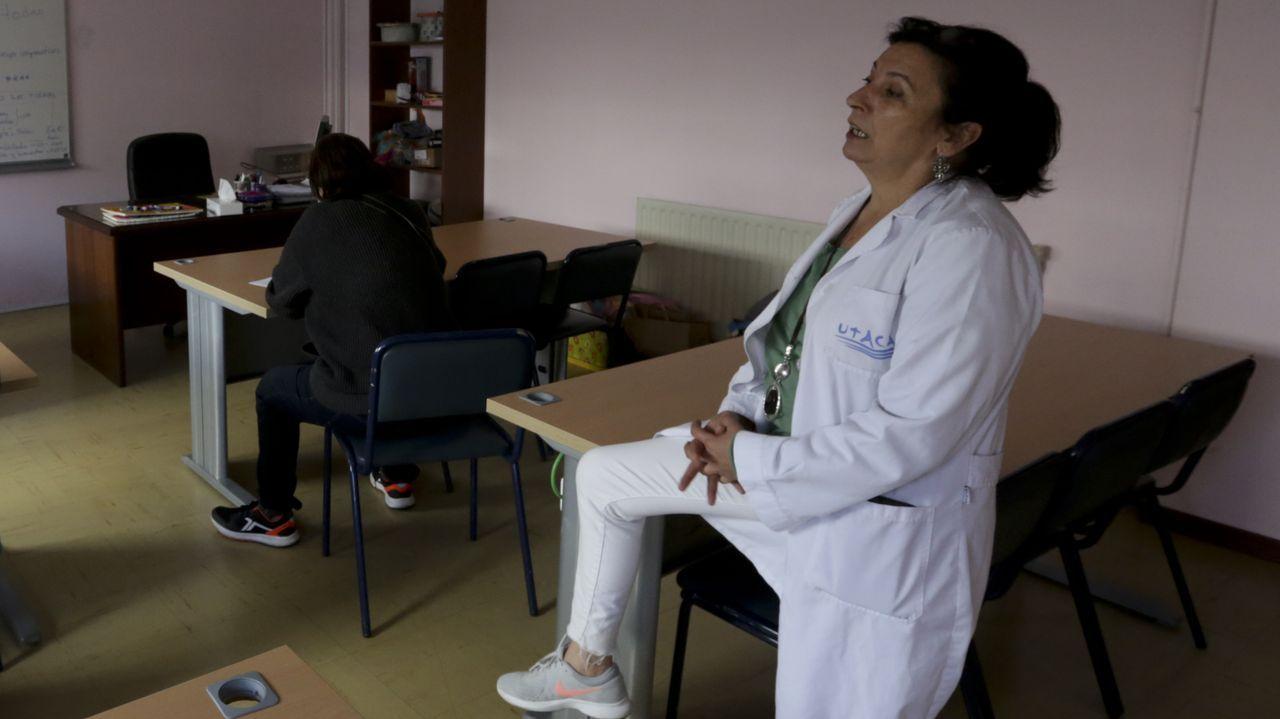 En primer término, Marisa Pardal, trabajadora social de la Unidade de Tratamento do Alcol e Condutas Adictivas (UTACA), y de espaldas, María José, usuaria, en un taller de estimulación cognitiva celebrado esta semana en la sede del Birloque