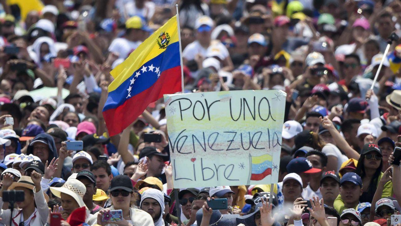 Asistentes al concierto «Venezuela Aid Live», celebrado en el puente fronterizo de Tiendidtas, en Cúcuta (Colombia)