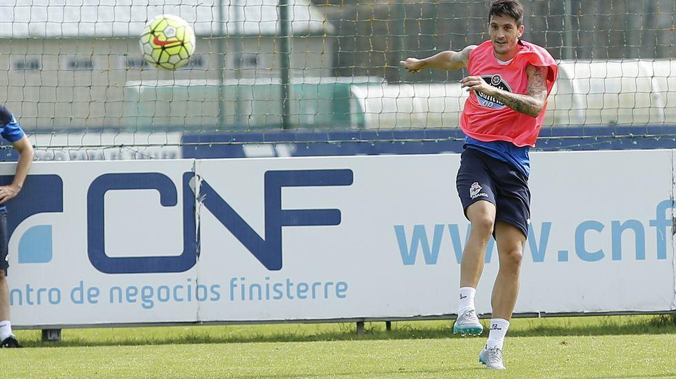 El Oviedo - Deportivo, en fotos.Medunjanin, entre Mosquera y Juan Domínguez en un entrenamiento del Dépor