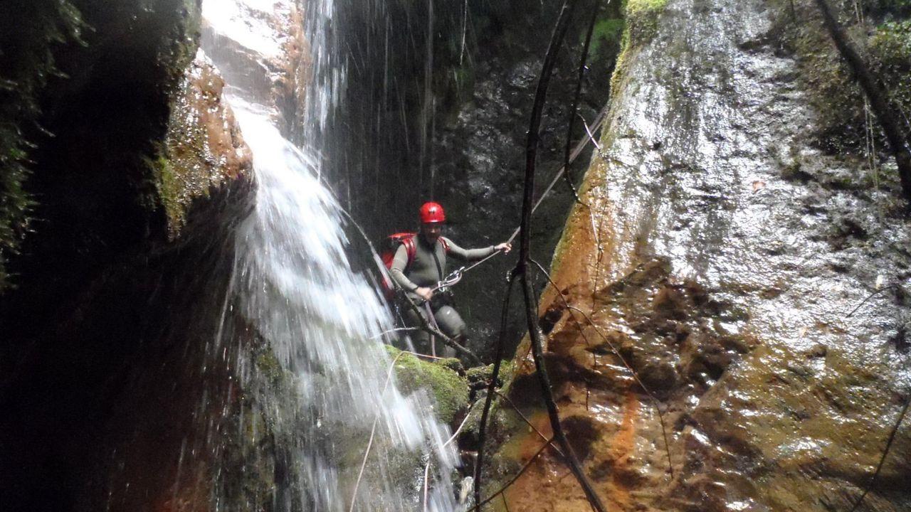 Descenso de barrancos en los cañones del río Carballido, en el municipio de Folgoso do Courel