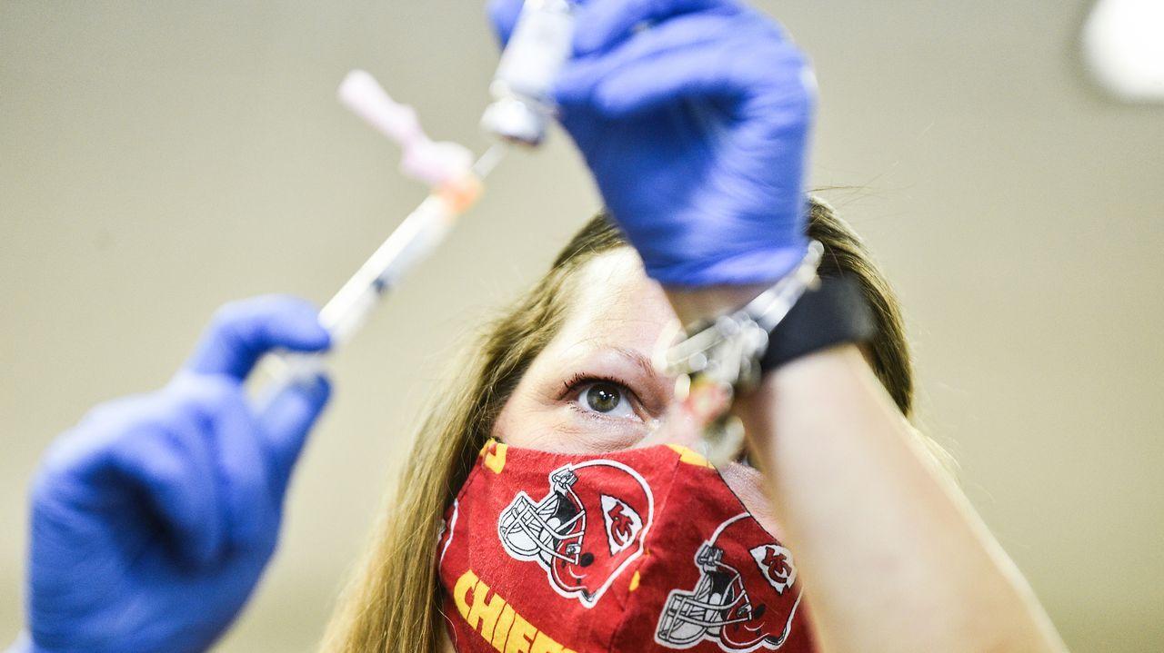 Una enfermera prepara una dosis con la fórmula de Moderna