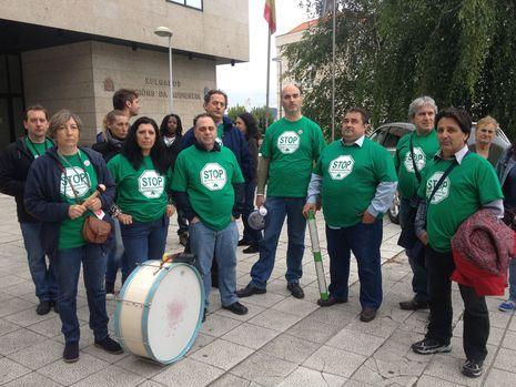 Los activistas de la Plataforma de Afectados por Hipotecas (PAH), tras presentar el escrito para que los jueces de Vigo se acojan a la objeción de conciencia