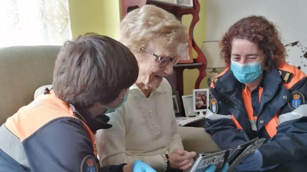 Lucía Blanco se recupera del Covid -19 con 106 años.Carmen Cebreiro junto a dos voluntarios de Protección Civil, que le ayudaron a contactar con parte de su familia en Palma de Mallorca