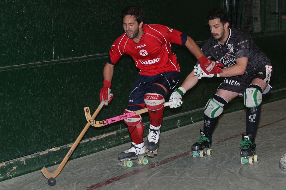 Los carballeses Chipi y Mikel, en una jugada del partido.