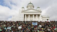 Finlandeses manifestándose en Helsinky