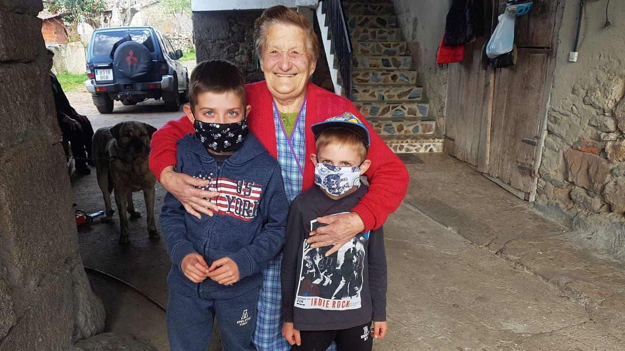 Dos niños de Sober, con sus mascarillas recién estrenadas