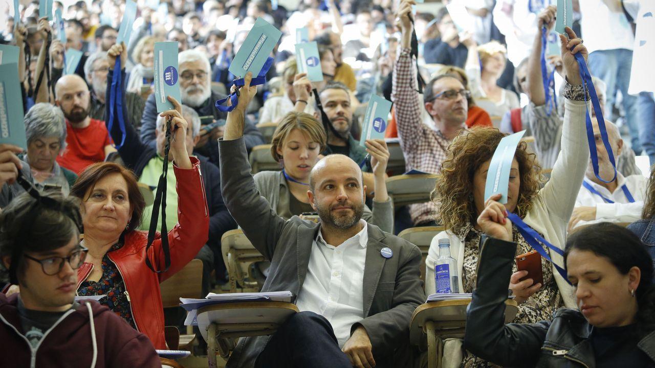 Masivo y bronco plenario de En Marea.El alcalde de Santiago se reunió ayer con miembros de la candidatura de los críticos, «Entre Todas», con la que admitió sentirse «máis situado»
