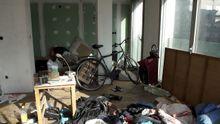 Interior de un edificio okupado en la Gran Vía de Vigo y desalojado recientemente por orden judicial.