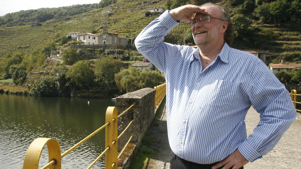 John Gilman, en el puente de Belesar, durante la visita que realizó en el 2014 a la Ribeira Sacra
